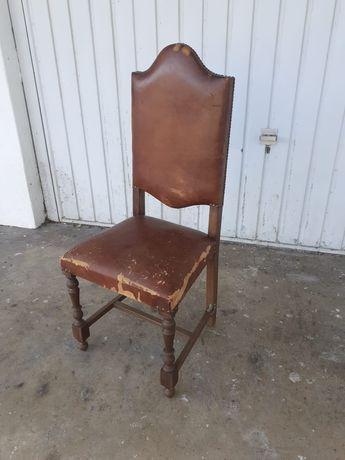 Cadeira antiga de madeira e pele.