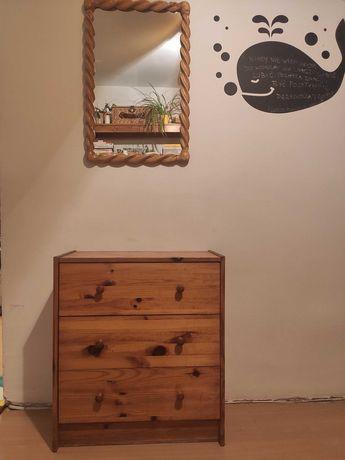 Lustro z drewnianą ramą.