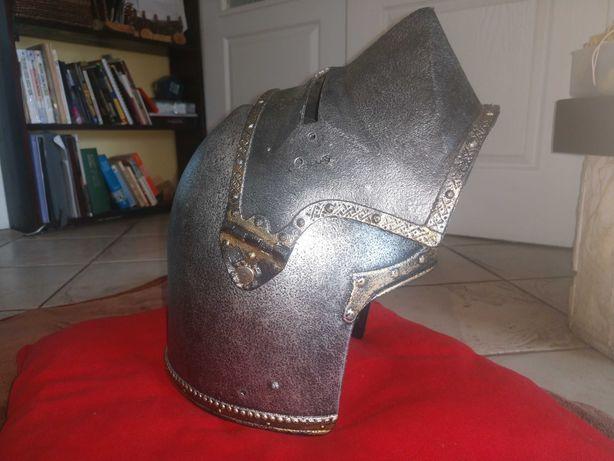 Hełm rycerza z przyłbicą