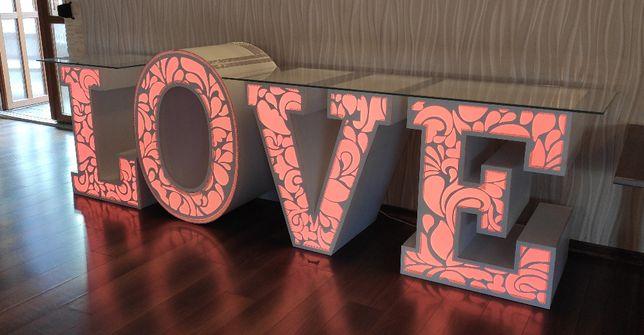 Napis MIŁOŚĆ, stół, napis LOVE