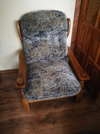 Sofa dębowa plus dwa fotele, ława dębowa i 2 pufy