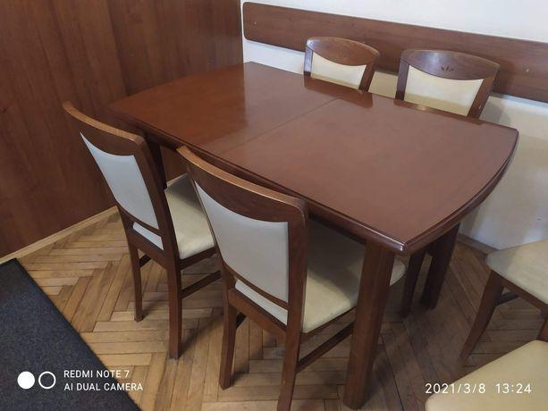 Piękne drewniane stoły plus krzesła
