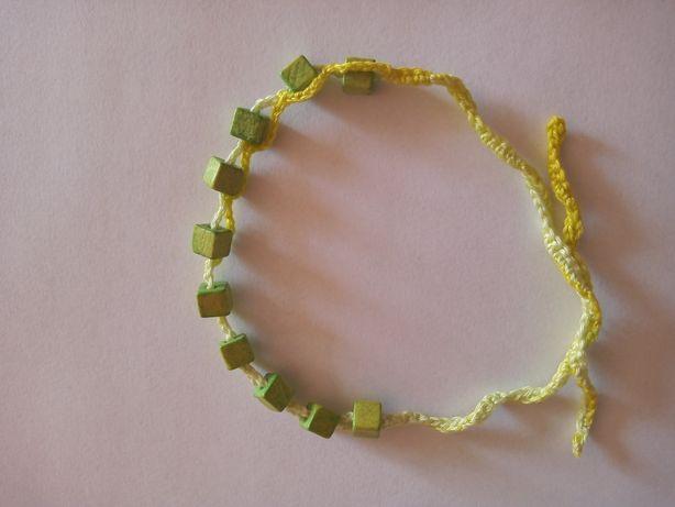 Bransoletka ręcznie robiona na szydełku.