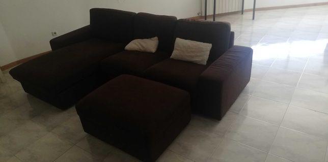Sofá grande com chaise long e descansa pés tipo baú