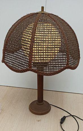 Lampa stołowa z kloszem z ratanu
