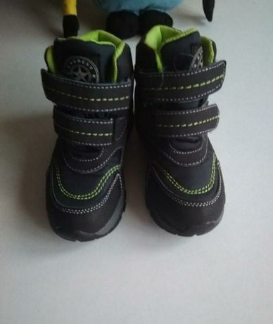 Продам зимові кросівки