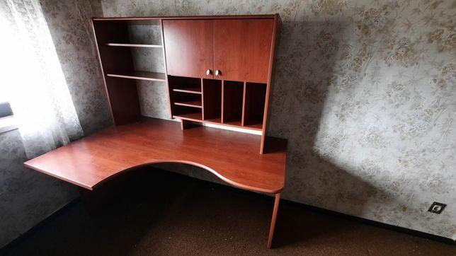 Mesa de escritório com estante
