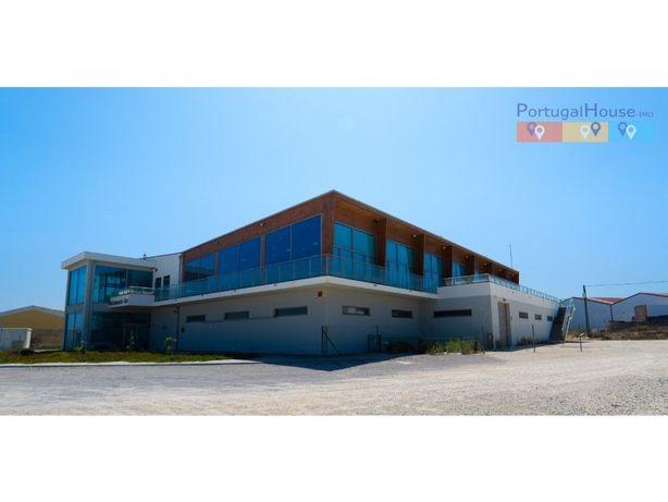 Edifício composto por restaurante com fábrica, viveiros e...