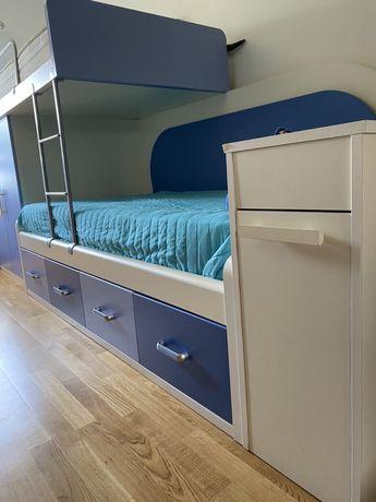 Beliche + colchões + mesa de cabeceira em tons de azul e branco