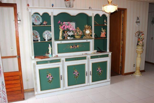 Móvel em madeira pintada