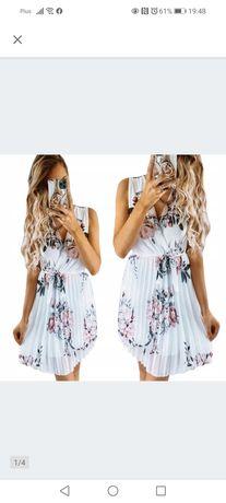 Biała plisowana sukienka w kwiaty