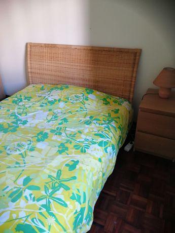 Cama + Colchão + Estrado + Mesa de cabeceira + Candeeiro