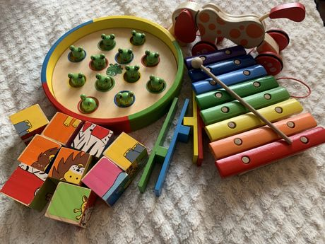 Drewniane zabawki żabki, układanka, piesek hape