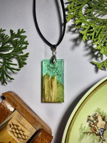 Naszyjnik zielony z brokatem i drewnem