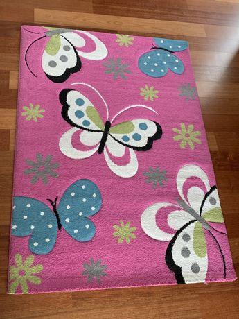 Różowy dywan w motyle dla dziewczynki
