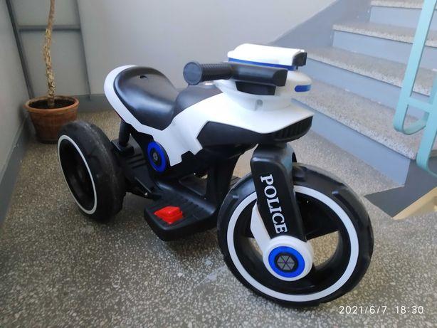 Motor na akumulator policja