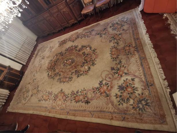 Carpete grande com motivos florais