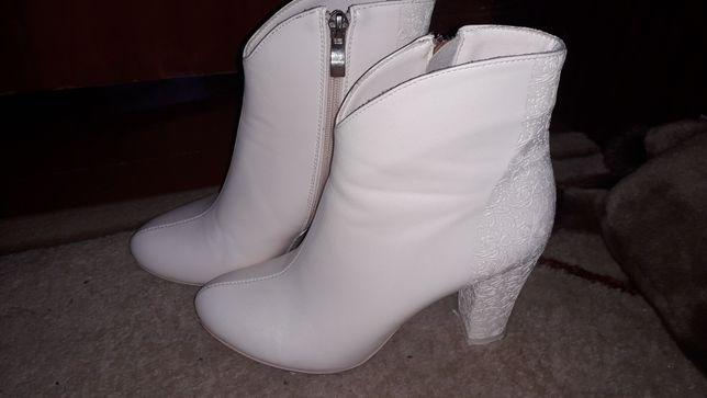 Белые свадебные ботинки