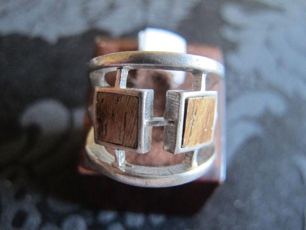 Anel em prata desenhada e com 2 quadrados de madeira. De designer.