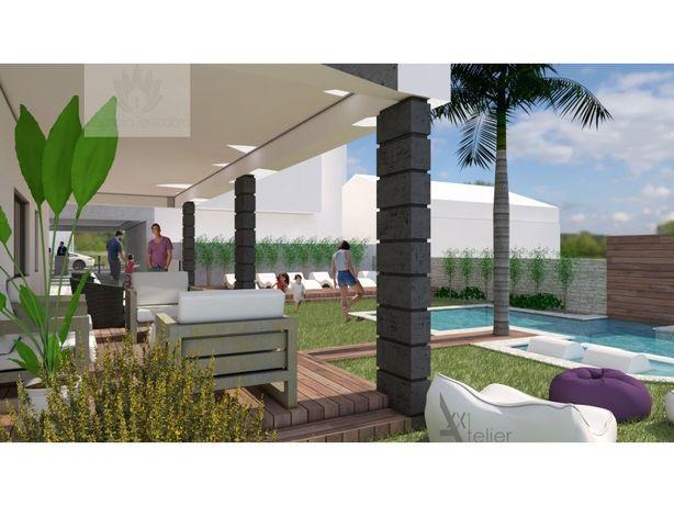 Apartamento T3 Alcochete inserido em prédio com piscina.