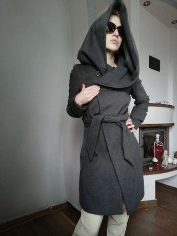 Wełniany płaszcz z ogromnym kapturem