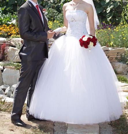 Свадебное платье очень красивое !