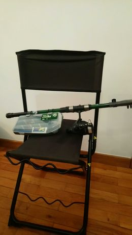Cana de pesca desportiva e cadeira