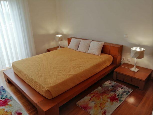 Mobilia de quarto /cama de casal/colchão/mesas de cabeceira