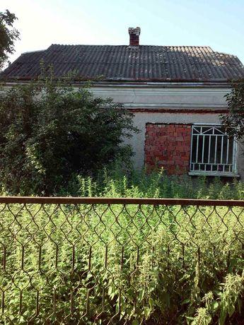 Продається будинок з присадибними будівлями і земельною ділянкою