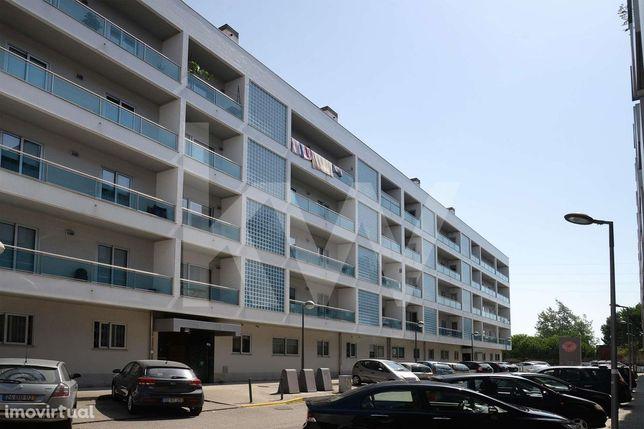 Apartamento T2 com varanda de 20m2 e garagem dupla na zona do Glicinia