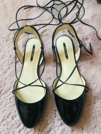 Buty, baleriny z odkrytą piętą Zara. Czarny lakier,wiązane. Rozmiar 38