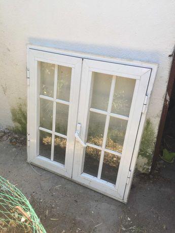 janela branca de alumínio com portada castanha
