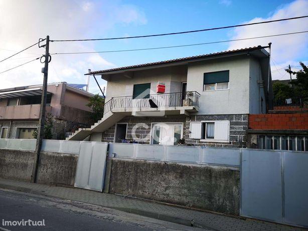 Moradia Bifamiliar V3 + V1 em Selho São Jorge - Pevidém
