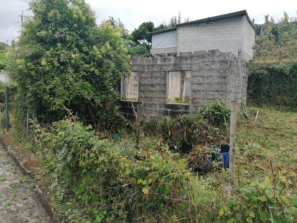 Terreno com pequena casa