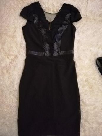 Платье чёрного цвета.