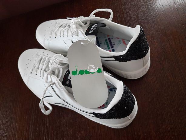 Diadora- białe sneakersy z czarnymi wstawkami.