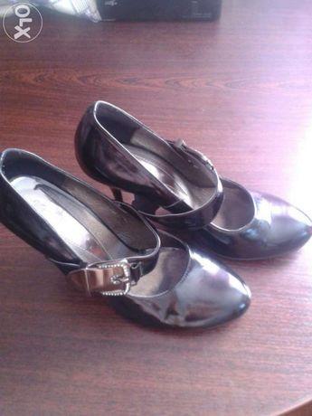 Продам чорні шкіряні лакові туфлі 39р.