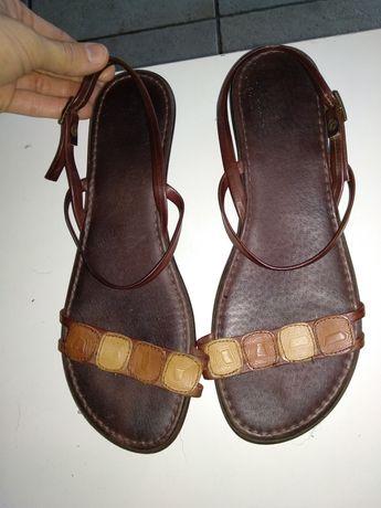 2 Sandálias em pele castanhas