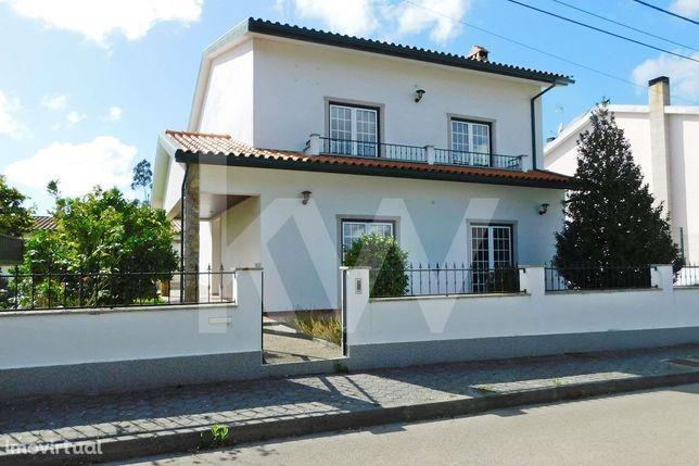 Moradia T4 Independente com suite, garagem fechada  e jardim em Taboei