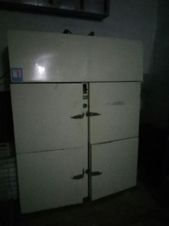 продам холодильний шкаф та прилавки