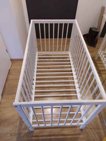 Drewniane łóżeczko niemowlęce