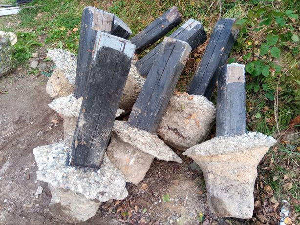 Gruz, beton, filary, drewno.
