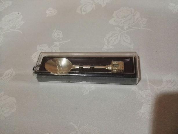 Kolekcjonerska, posrebrzana łyżeczka z Łukiem Triumfalnym z Paryża