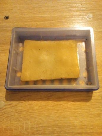 Ароматическая смола вместе с пластиковой коробкой.