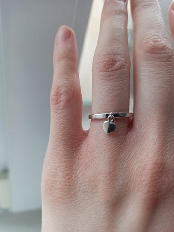 Кольцо из белого золота с сердечком