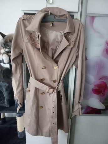 Elegancki płaszcz jesienno- wiosenny beż kolce ćwieki