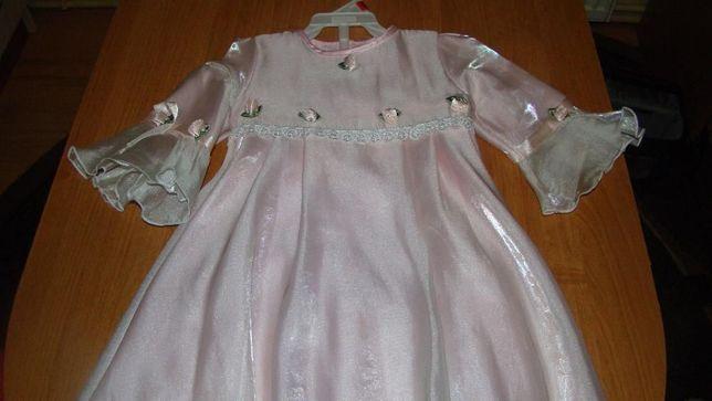 Sukienka zdobiona różyczkami