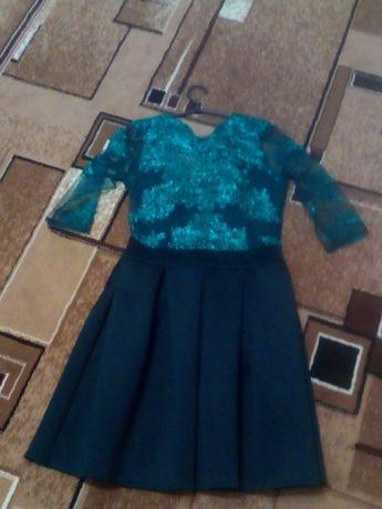 Шикарное женское платье зелёного цвета