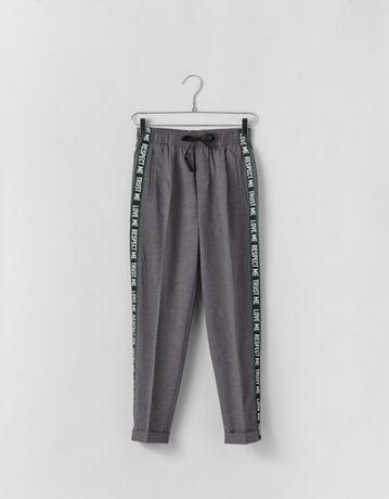 Bershka Spodnie jogger z lampasem rurki cygaretki