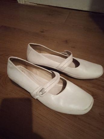 Кожаные туфли молочного цвета